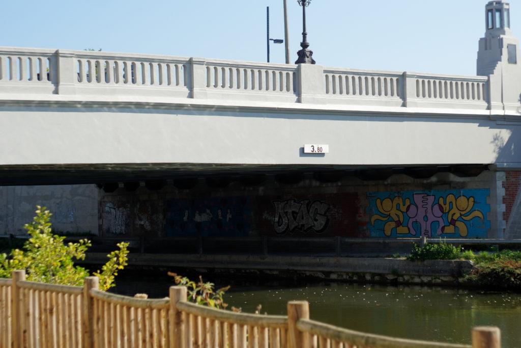 sous-le-pont-du-canal-oeuvre-d-art-ceci-n-est-pas-un-tag-street-art