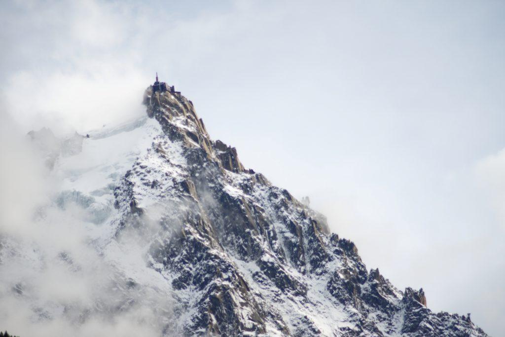 vue-de-l-aiguille-du-midi-depuis-chamonix-alpes-neige-station-de-ski-alexandre-bridenne