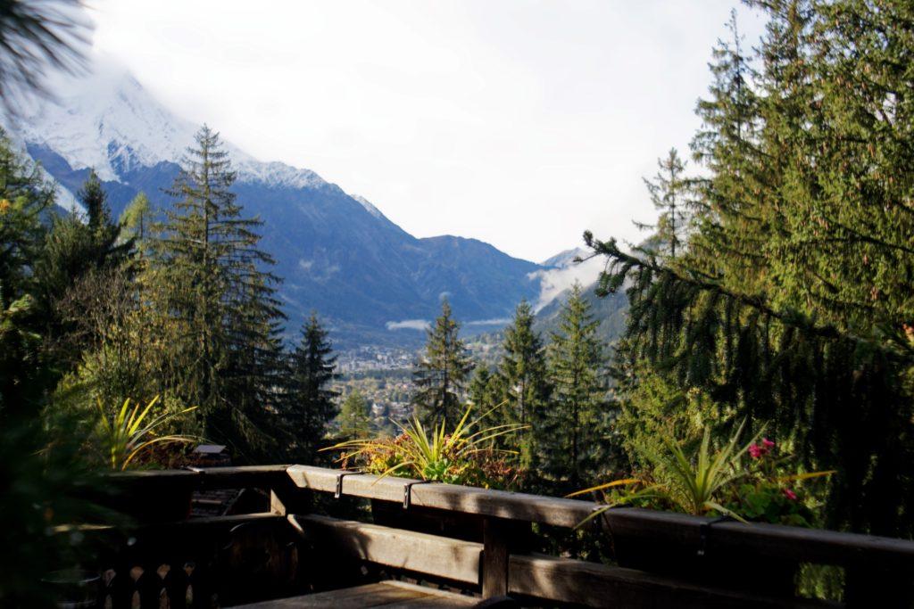 vue-depuis-la-terrasse-les-trolles-sur-chamonix-mont-blanc-lumiere-ville-nature-vert-alpes-auvergne-rhone-alpes-delices