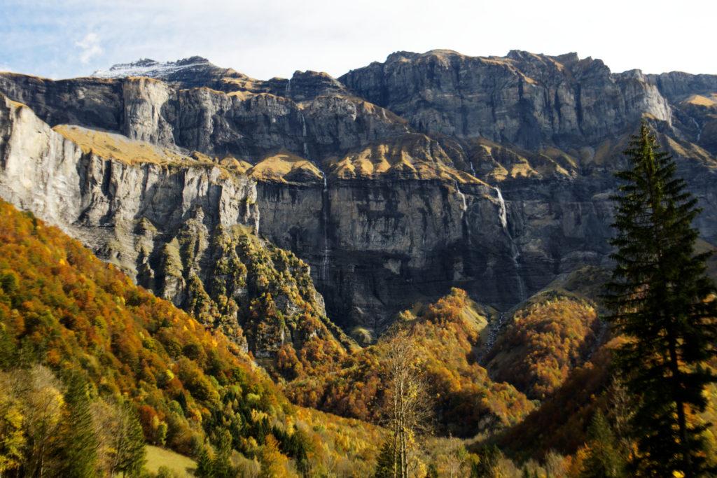 le-fond-du-cirque-aussi-appele-bout-du-monde-roche-lumiere-automne-couleurs-paysage