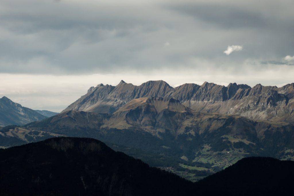 vue-depuis-le-telepherique-de-l-aiguille-du-midi-sur-le-massif-des-alpes-auvergne-rhone-alpes-chamonix-mont-blanc