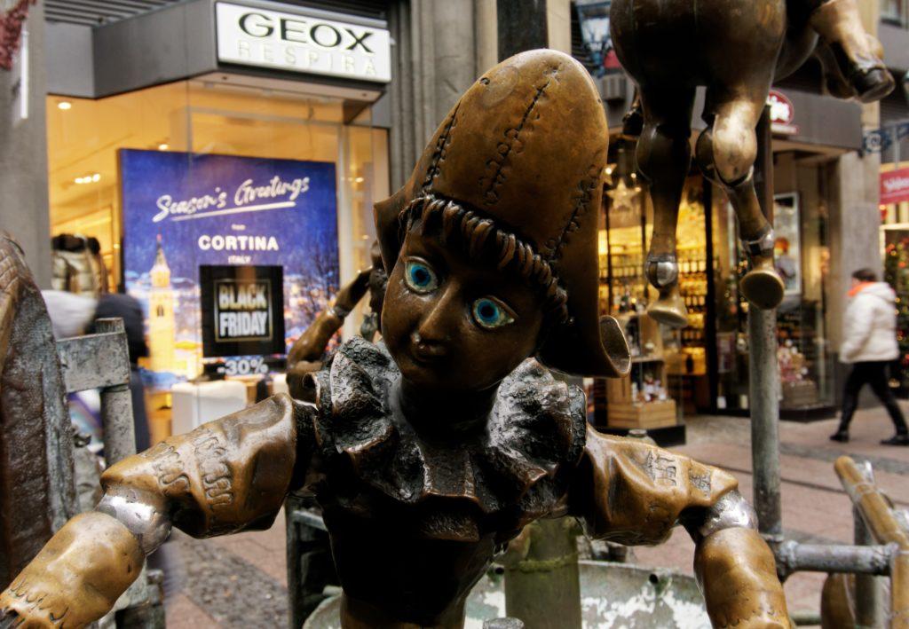 fontaine-des-poupees-statuettes-aix-la-chapelle-histoire-noel-visite-ville