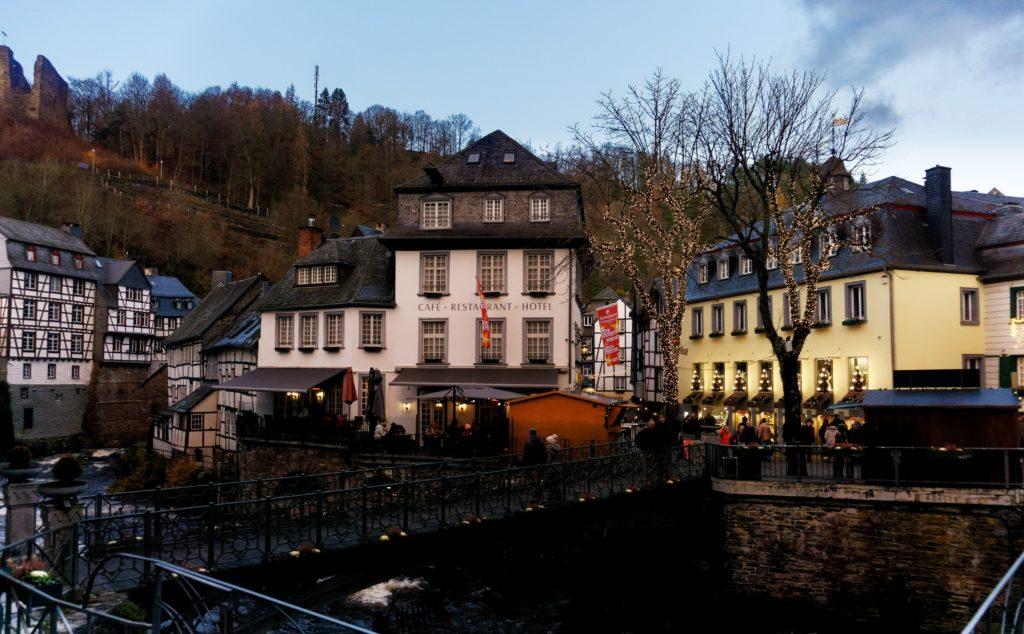 vue-sur-le-centre-ville-de-monschau-rhur-ambiance-de-noel-alexandre-bridenne