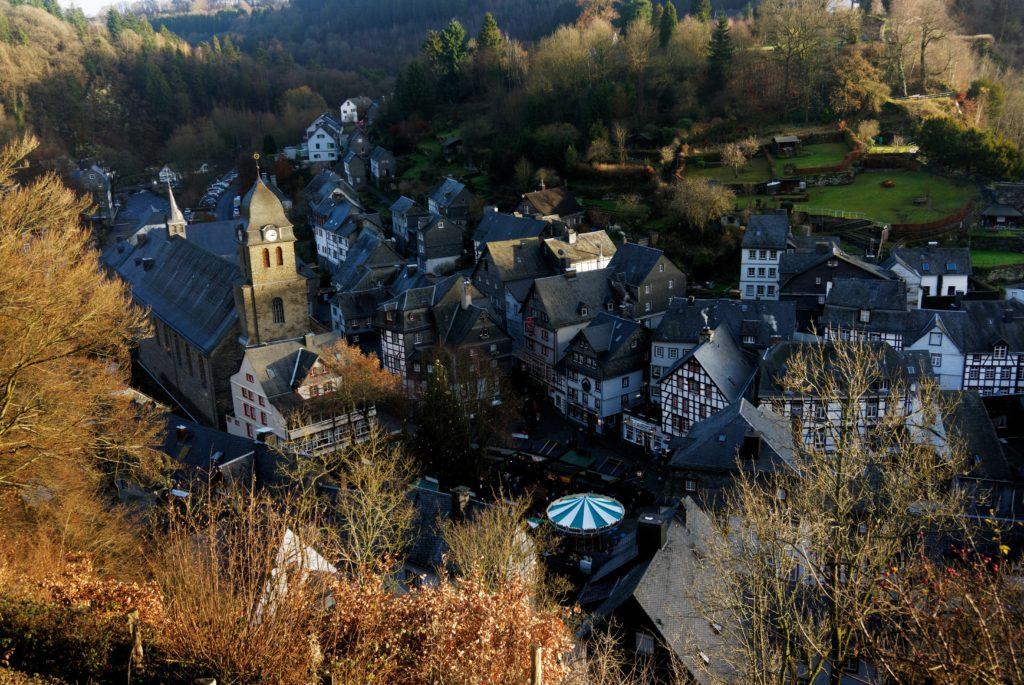 vue-depuis-panoramawerg-sur-la-place-du-village-et-sur-le-marche-de-noel-de-monschau-montjoie-allemagne-eifel-tourismus