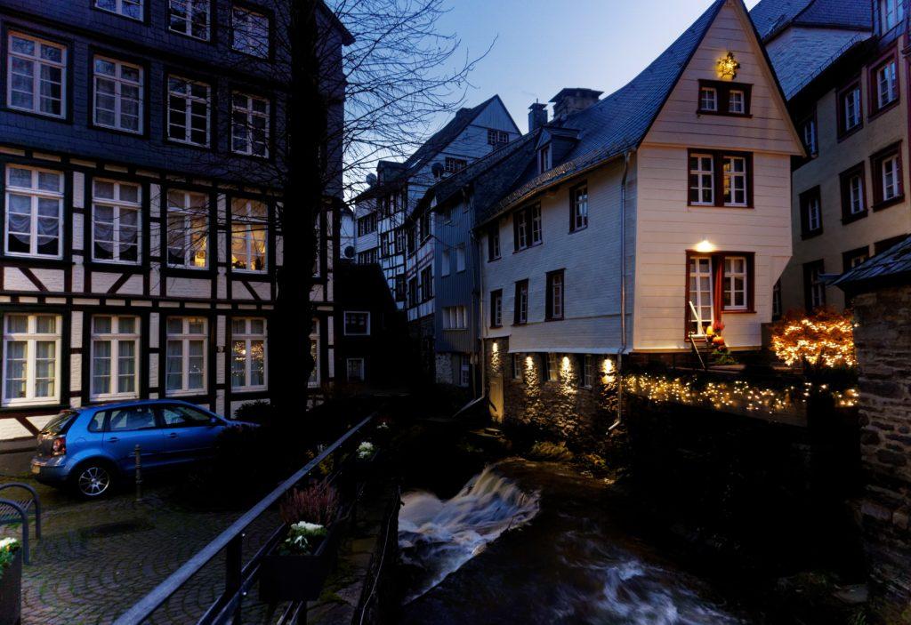 monschau-vue-de-nuit-lumiere-ambiance-noel-marche-village-allemagne-decouverte-eifeil-tourismus-tourisme