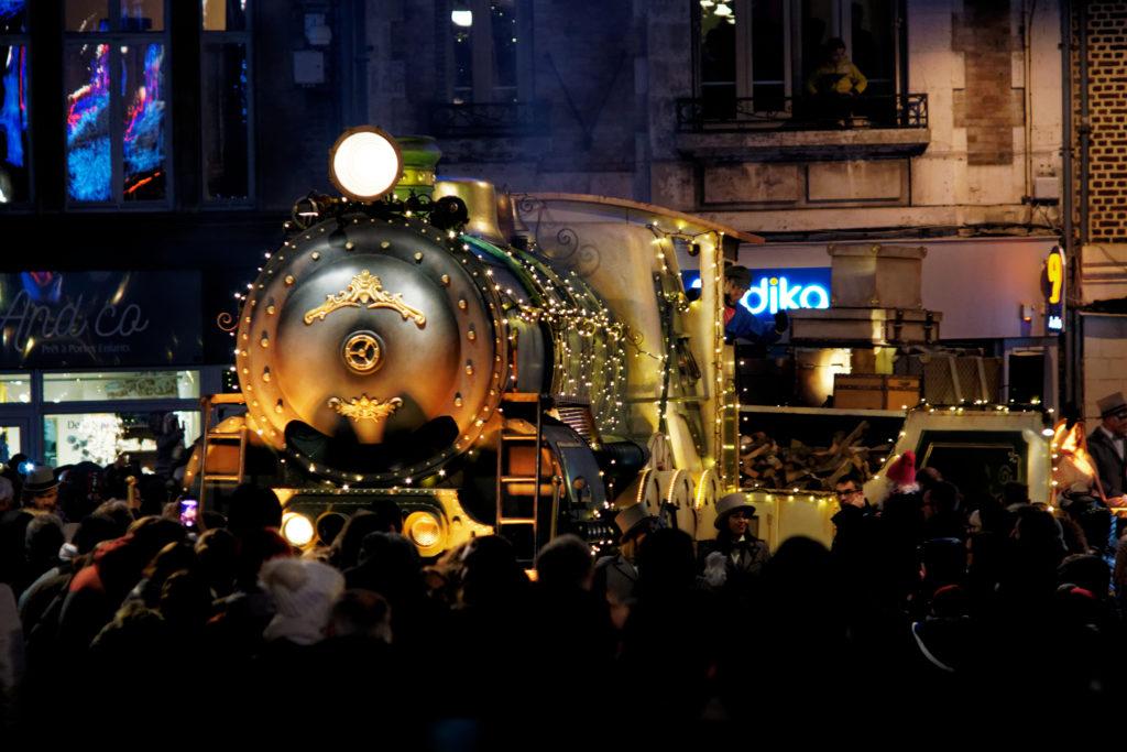 grande-parade-de-noel-rue-victor-basch-saint-quentin-noel-defile-du-train-char-avec-de-la-foule-alexandre-bridenne