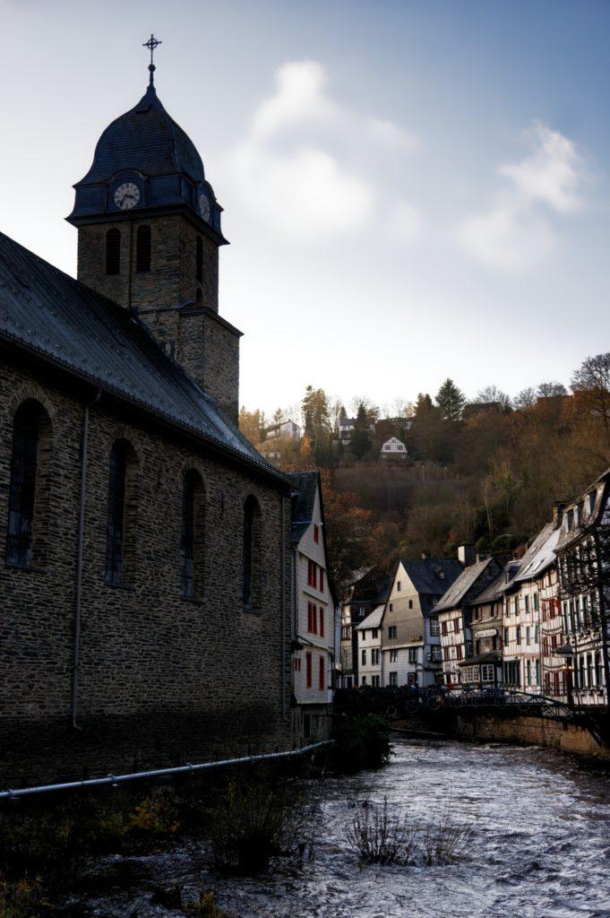 depuis-la-roer-vue-sur-l-eglise-authentique-charme-du-village-de-monschau-montjoie-decouverte-de-noel-allemagne-eifel-tourismus