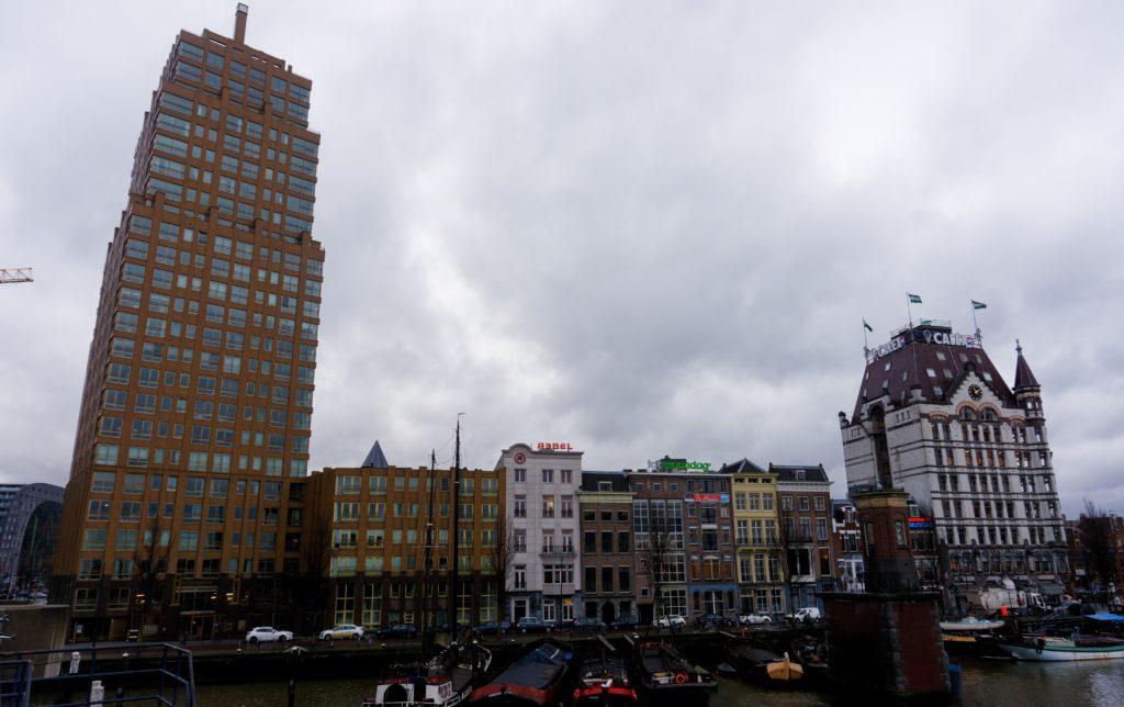 entre-la-modernite-et-l-authentique-de-rotterdam-ancien-batiment-et-gratte-ciel-au-bord-de-l-eau
