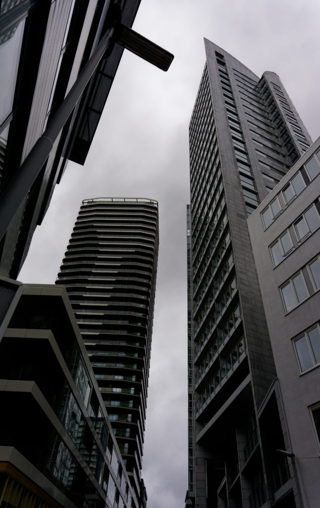 perdu-dans-les-hauteurs-des-immeubles-de-rotterdam