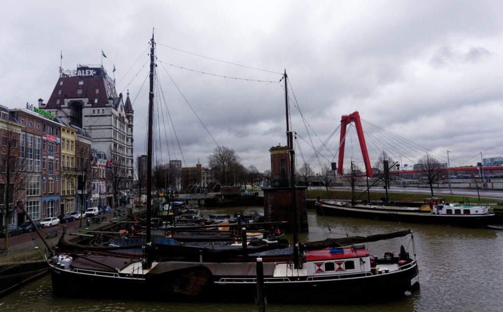voilier-et-bateau-amarres-dans-le-port-de-rotterdam