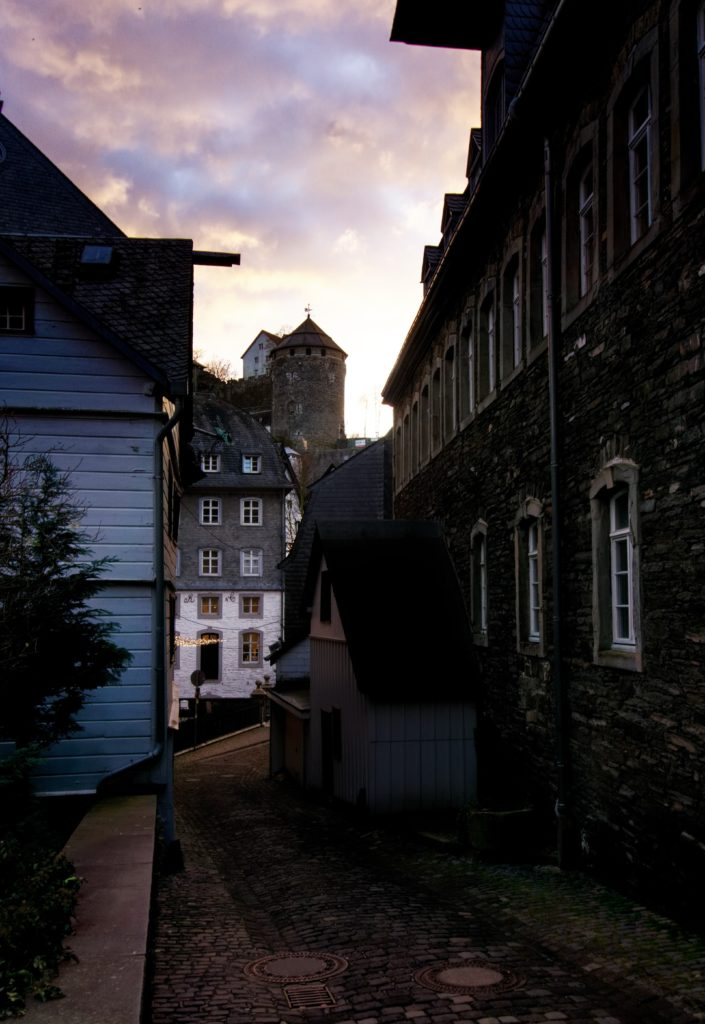 ruelle-du-village-de-monschau-authentique-couleur-lumiere-du-ciel-eifel-tourismus-magie
