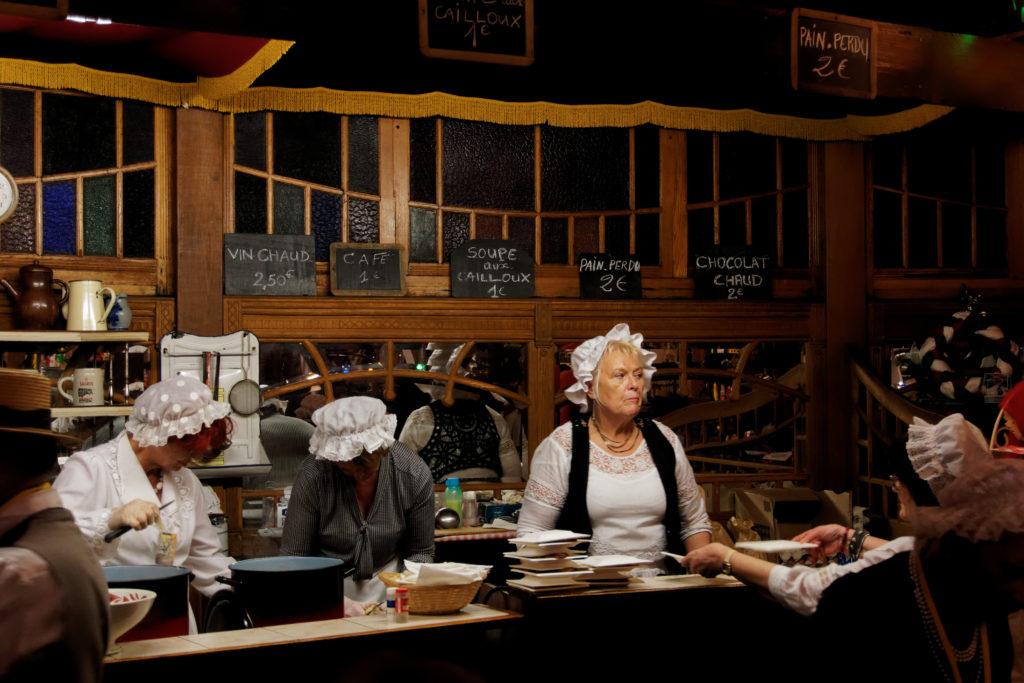 interieur-de-la-taverne-marche-de-noel-de-saint-quentin-soupe-aux-cailloux-vin-chaud-et-specialites-regionnales-alexandre-bridenne