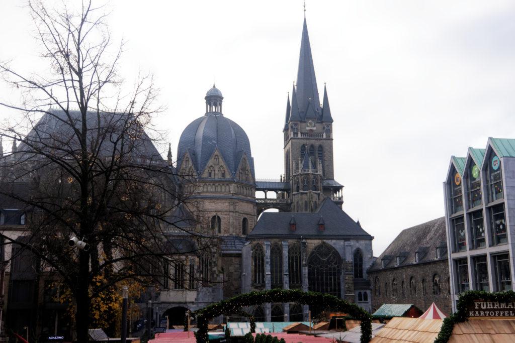 aachener-dom-cathedrale-aix-la-chapelle-depuis-l-hotel-de-ville