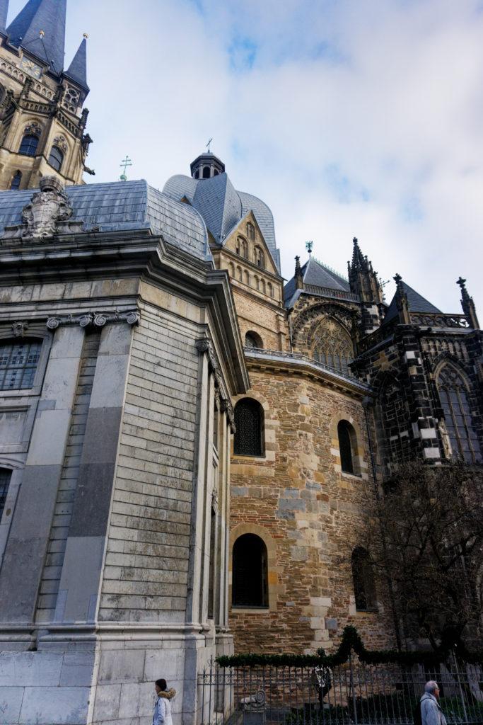 aachener-dom-cathedrale-d-aix-la-chapelle-vue-sur-la-chapelle-palatine-depuis-l-exterieur