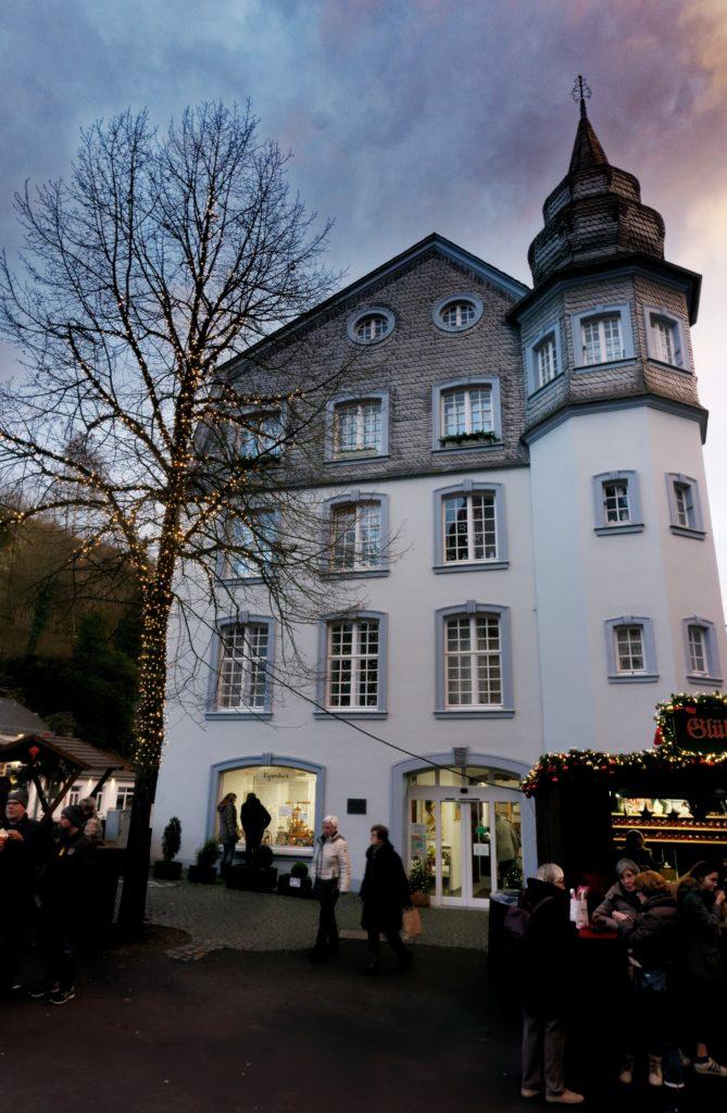 couleur-du-ciel-et-architecture-typique-allemagne-monschau-village-authentique-montjoie-visite-decouverte-noel