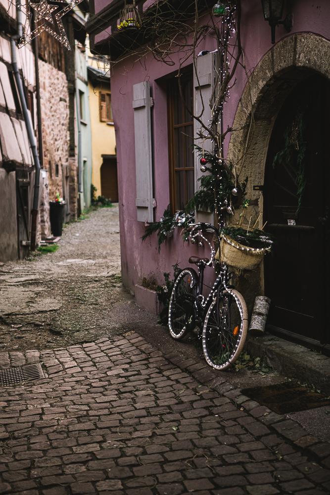 rue-du-rempart-sud-alsace-eguisheim-velo-decoration