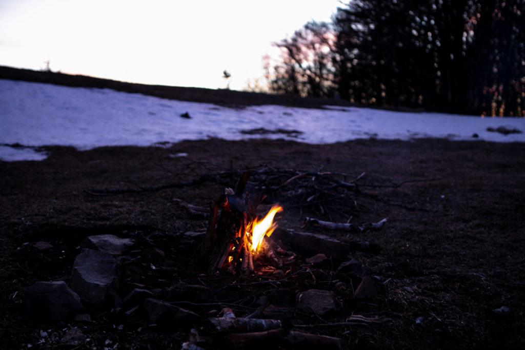 feu-de-bois-camping-confiance-en-soi-allumer-la-confiance