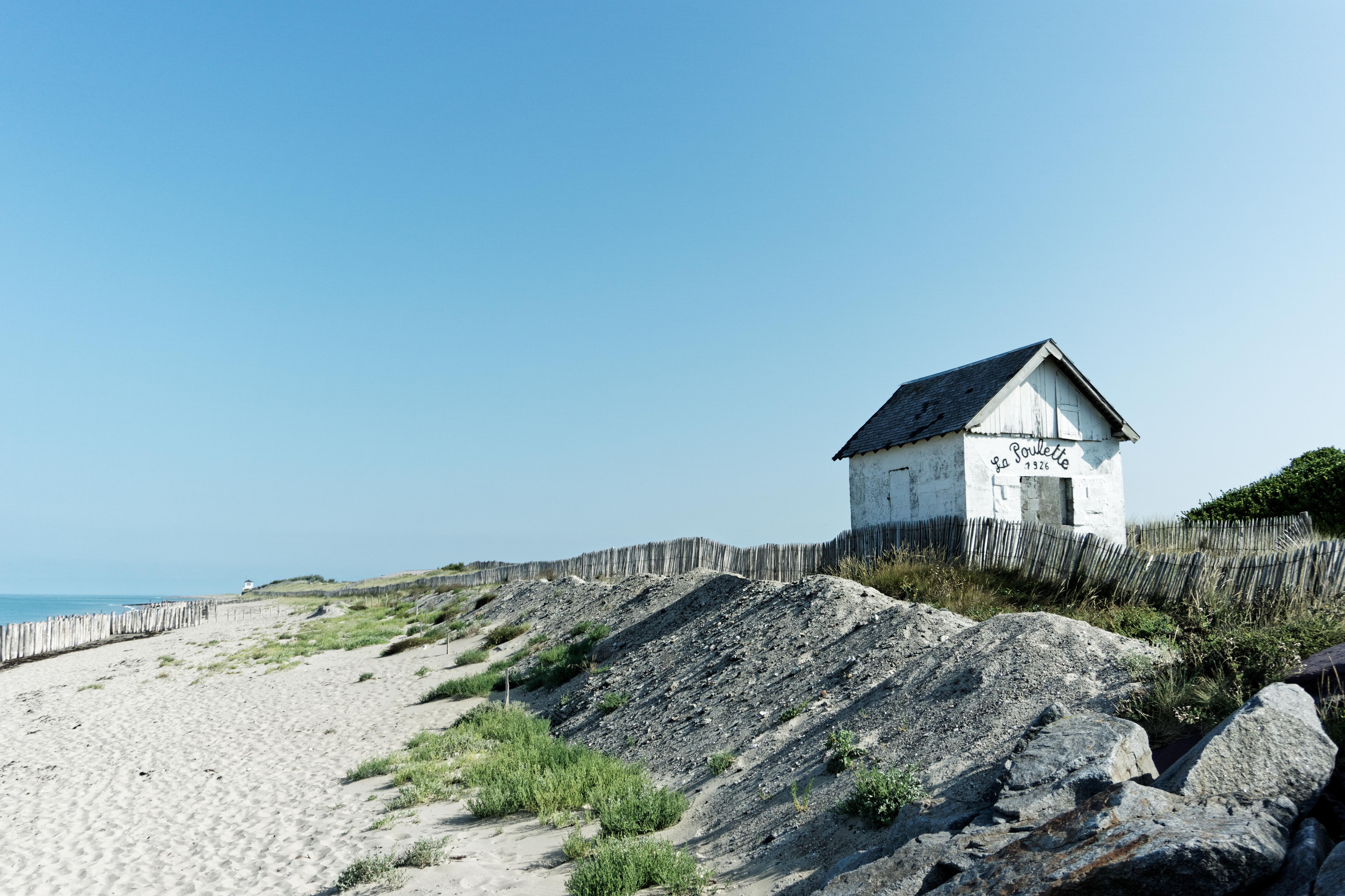 la-cabane-de-la-poulette-plus-ancienne-cabane-de-plage-ayant-resistee-au-debarquement-de-la-seconde-guerre-road-trip-dans-la-manche