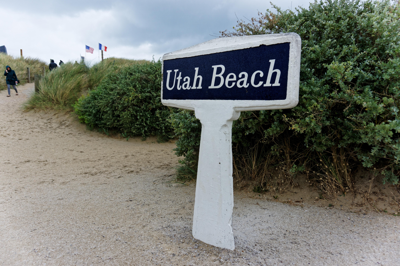panneau-d-indication-de-utah-beach-celebre-plage-du-debarquement-dans-la-manche-seconde-guerre-mondiale