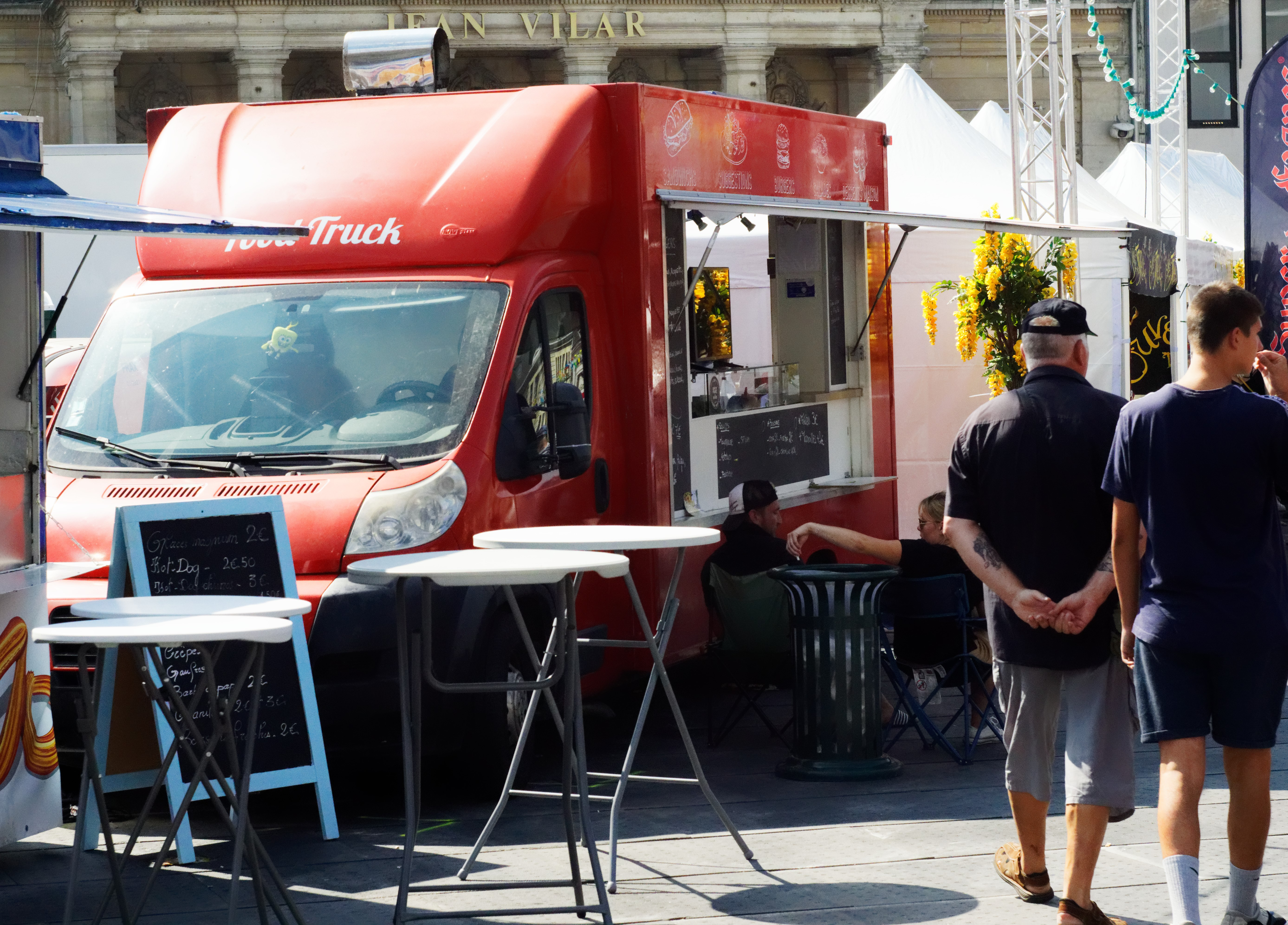 pour-manger-le-food-truck-o-prestigieux-burger-était-evidemment-present-sur-le-festival-affichant-un-nouveau-record-de-cuisson-de-frites