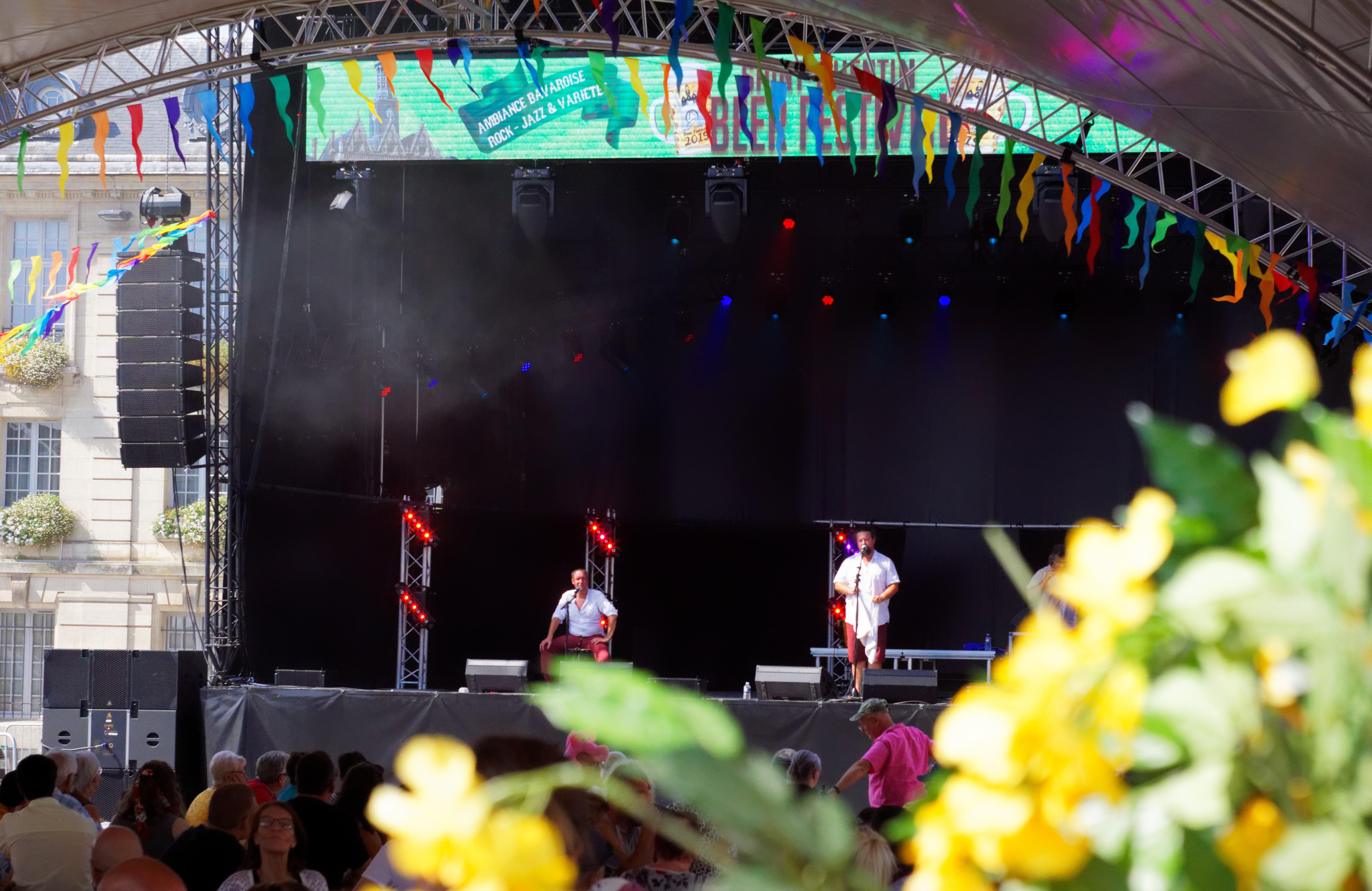 gambes-ed-min-pied-groupe-de-chants-traditionnel-en-picard-chti-et-breton-present-pour-animer-en-partie-le-festival-de-la-biere