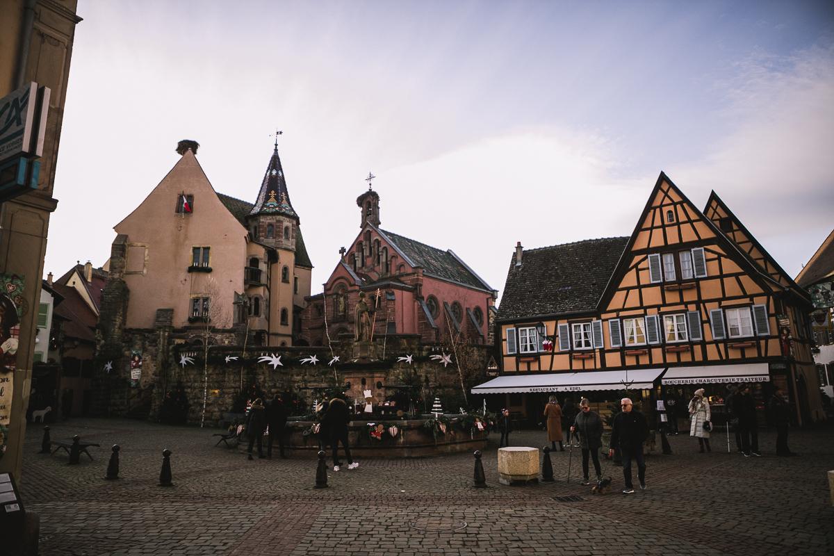 place-principale-eguisheim-vue-sur-la-chapelle-saint-leon-ix-eguisheim