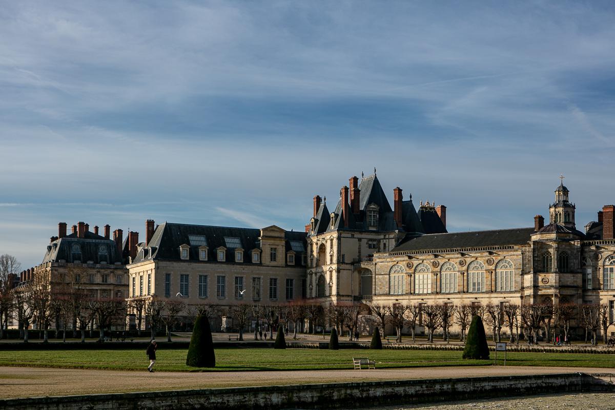 facade-du-chateau-cote-parc-jardin-sous-le-soleil-en-hiver