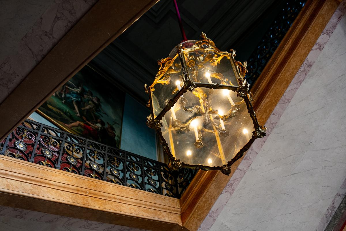 lustre-escalier-chateau-debut-de-la-visite